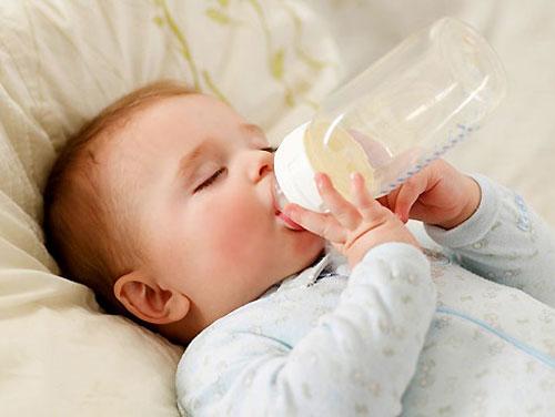 Kinh nghiệm hút sữa và cách bảo quản sữa mẹ sau khi vắt