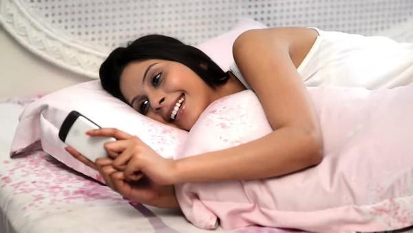 Những lưu ý khi dùng điện thoại trước khi đi ngủ