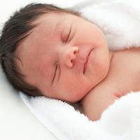 Trẻ sơ sinh bị rụng tóc có làm sao không?