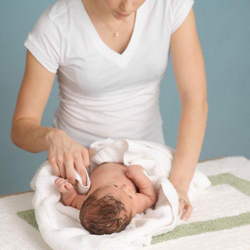 Các bước lau mát hạ sốt cho bé tại nhà