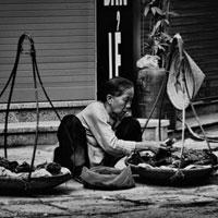 Phân tích hình ảnh người bà trong bài thơ Đò Lèn của Nguyễn Duy